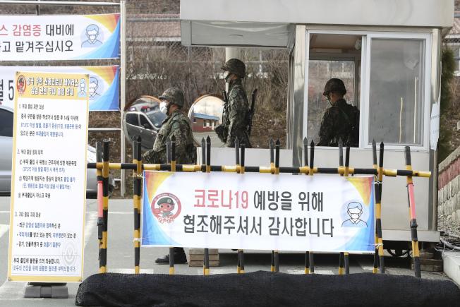 駐韓美軍26日傳出一件確診案例,引起注意。圖為戴著口罩的韓國軍人26日在大邱盤查。(美聯社)