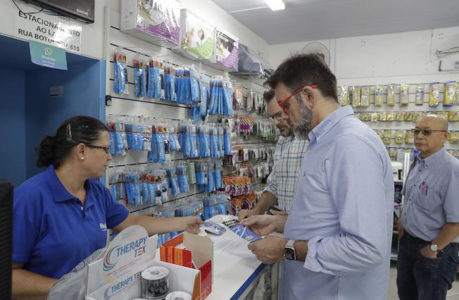 南半球也遭新冠病毒攻陷,巴西26日首傳確診病例,引起巴西人搶購口罩。(美聯社)