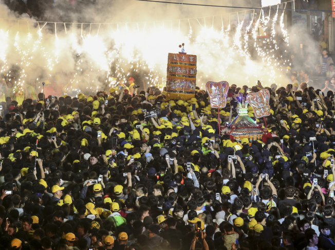 大甲鎮瀾宮媽祖遶境活動,每年都有眾多信徒參加。(本報資料照片)