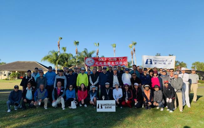 參加九九高爾夫俱樂部主辦的第一銀行杯高爾夫邀請賽的選手合影。(徐美嬋提供)