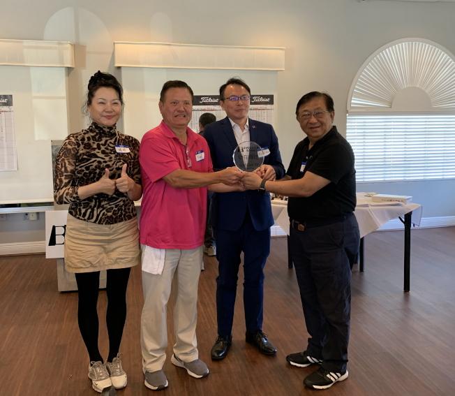 九九俱樂部會長Fred Lin(左二)頒發感謝獎牌給第一銀行經理高健智(右一),右二駐邁經文處長錢冠州,左一嚴培達。(徐美嬋提供)