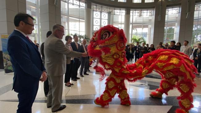 慶祝台灣日活動以舞獅開場,奧蘭多市長戴爾(左二)餵獅子紅包。(記者陳文迪/攝影)