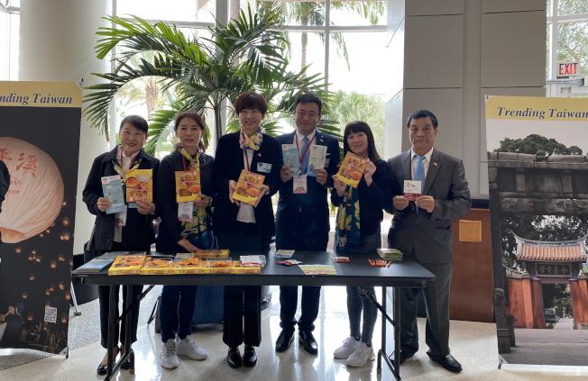 台灣日活動中,台南市議員展示台南特展芒果乾等。(記者陳文迪/攝影)