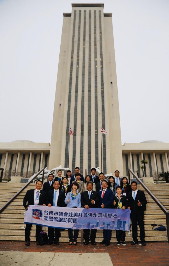 台南市議會訪問團與駐邁經文處處長錢冠州(前排右三)於塔城州政府大樓前合影。(孫博先提供)