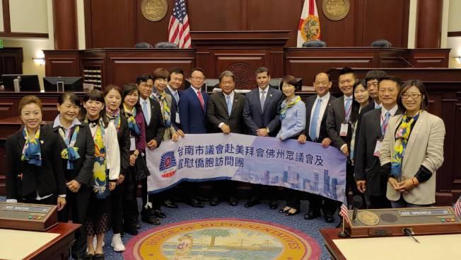 台南市議會參訪團於參議會議場前與佛州州務卿Laurel M. Lee(右九)及州眾議員Spencer Roach(右八)合影,郭信良左十。(孫博先提供)