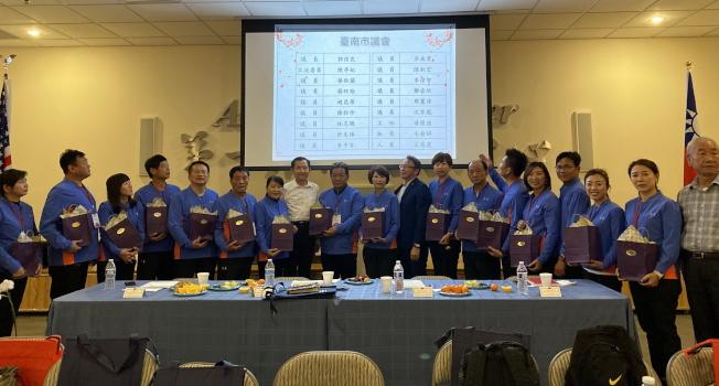 台南市議會訪問團與佛州鄉親座談餐敘,中佛州僑界贈送紀念品給參訪團。(記者陳文迪/攝影)。(記者陳文迪/攝影)