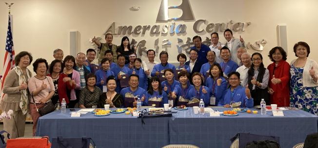 台南市議會訪問團與佛州鄉親座談餐敘,與僑胞合影。(記者陳文迪/攝影)