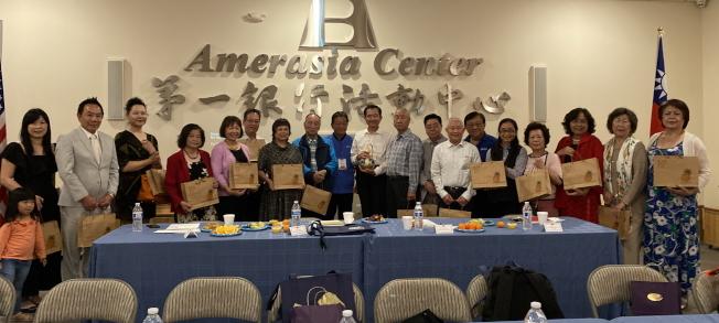 台南市議會訪問團與佛州鄉親座談餐敘,贈送紀念品給中佛州榮譽職人員及僑團領導。(記者陳文迪/攝影)