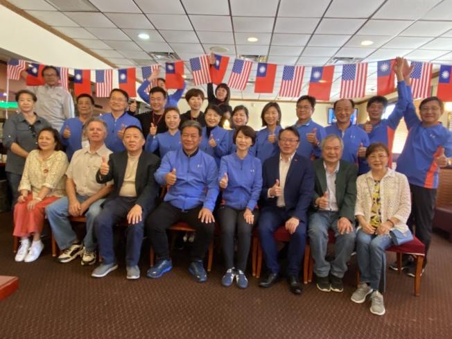 台南市議會訪問團與中佛州僑務諮詢委員廖柏虞(前排左三)等僑胞相見歡。(孫博先提供)