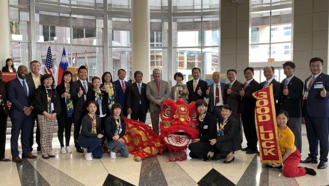 慶祝台灣日活動,華林寺表演祥獅獻瑞,奧蘭多市長戴爾與訪問團合影。(記者陳文迪/攝影)