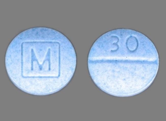 這些印有「M」和「30」字樣的藍色假藥含有大量芬太尼成份。(圖:聖他克拉拉縣檢察官辦公室提供)