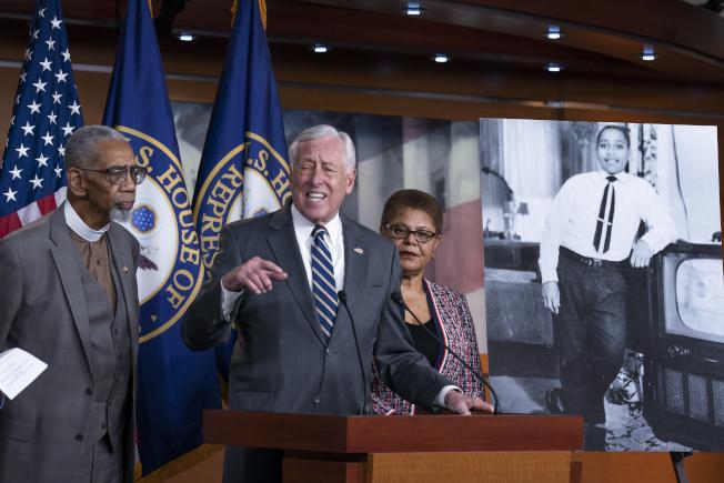 美國國會經過120年的努力與延宕,26日終於通過反私刑法。圖為眾院多數黨領袖侯耶爾(中)偕同其他議員就此法案舉行記者會,右為法案以其命名的非裔少年提爾的照片。(美聯社)