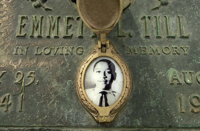 密西西比州年僅14歲的少年提爾被一名白人女子指控向她吹口哨,就被殘殺。少年母親堅持要「把我所看到的(慘狀)照相存證」起來。(美聯社)