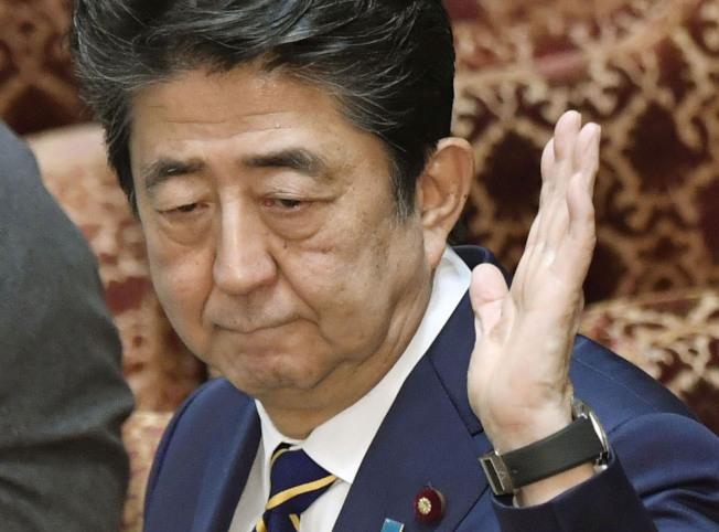 應對嚴重疫情,日本首相安倍晉三被批評「不見人影」。(美聯社)