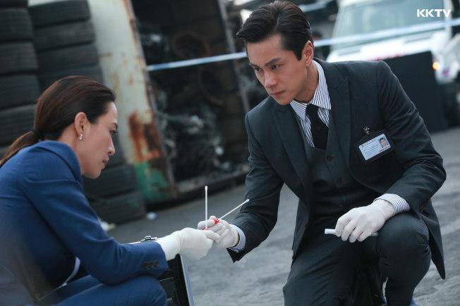 港星黃浩然在新劇《法證先鋒IV》中飾演高級化驗師。(圖:KKTV提供)