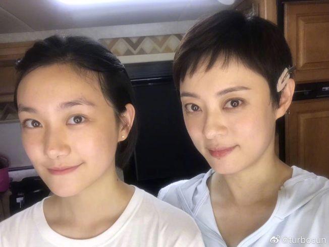 孫儷(右)罕見曬出和同父異母妹妹孫豔的合照。(取材自微博)