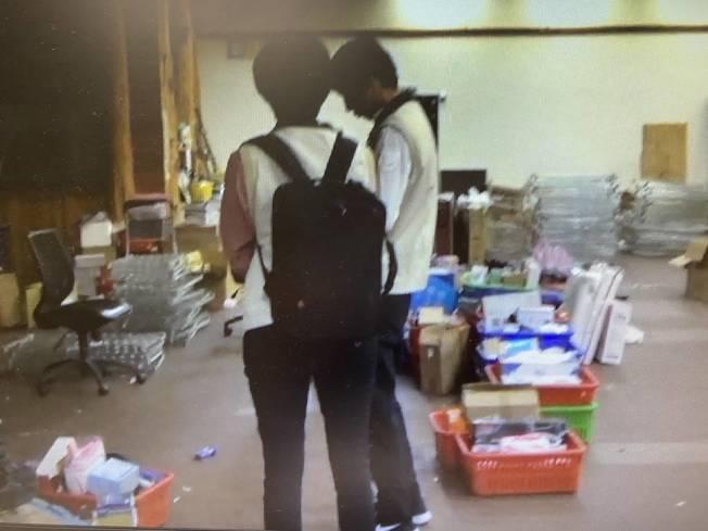 直播主陳嘉和涉高價販賣口罩,調查局前往陳的營業處、直播處搜索。(圖:調查局提供)