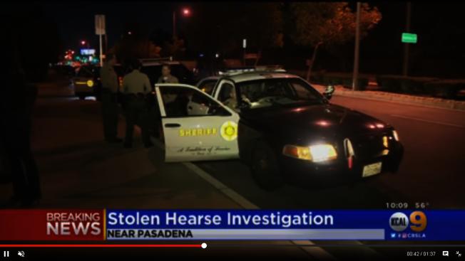 洛杉磯縣警局在失竊靈車與遺體的巴沙迪那教堂外查案。(CBS2電視台)