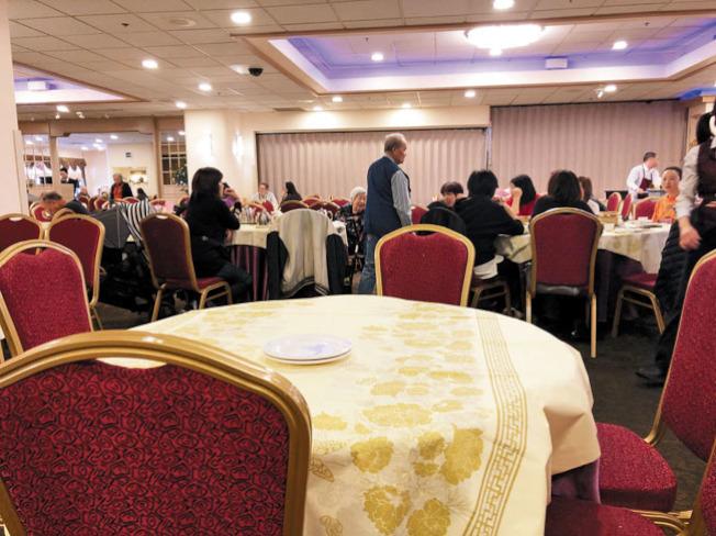 新冠肺炎疫情對屋崙華埠商業衝擊頗大,以前人滿為患的餐廳,在中午時分還有空置餐桌。(記者劉先進/攝影)