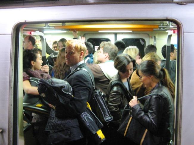 早上和傍晚的通勒時段,捷運都很擁擠,Covid-19一旦在社區傳播,捷運可能成為一個危險的傳播途徑。(Getty Images)