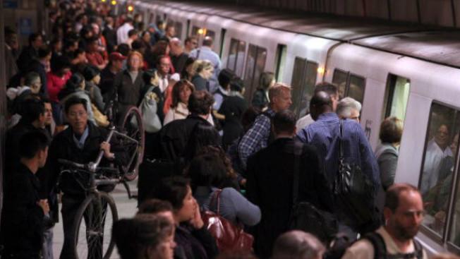 舊金山的捷運車站,人很多,人與人之間的距離極之接近。(Getty Images)