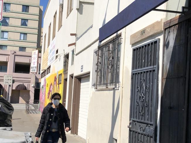 新冠肺炎疫情擴散,華埠流言四起,也有市民戴上口罩。(記者劉先進/攝影)