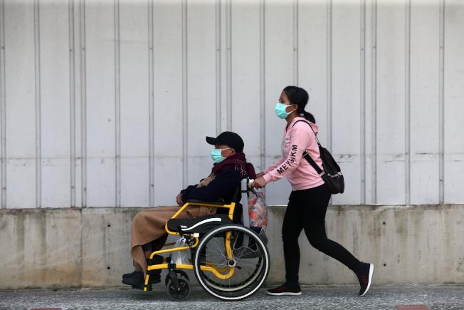 嚴防院內感染,中央流行疫情指揮中心宣布,即日起醫院訪客限時探訪,每名住院患者限探病兩人、陪病一人。(記者蘇健忠/攝影)