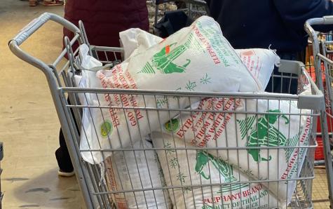 由於新冠肺炎疫情影響,民眾出現大量購買大米的現象。(記者牟蘭/攝影)