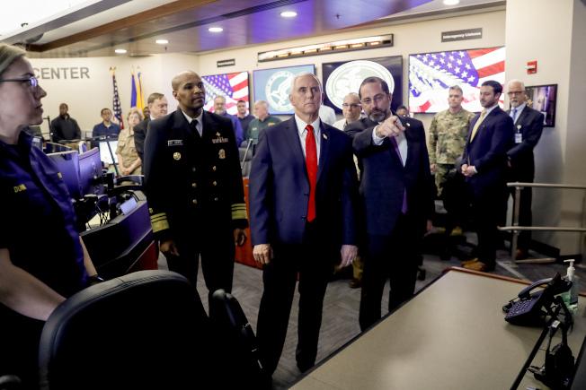 剛被川普總統指定擔心美國防疫最高協調人的潘斯副總統(紅領帶者)27日到衛生部協調中心瞭解情況。(美聯社)