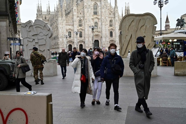 義大利北部成為受創最深的新冠病毒感染區,旅遊業大受打擊。圖為米蘭的主教廣場遊人稀少。(美聯社)