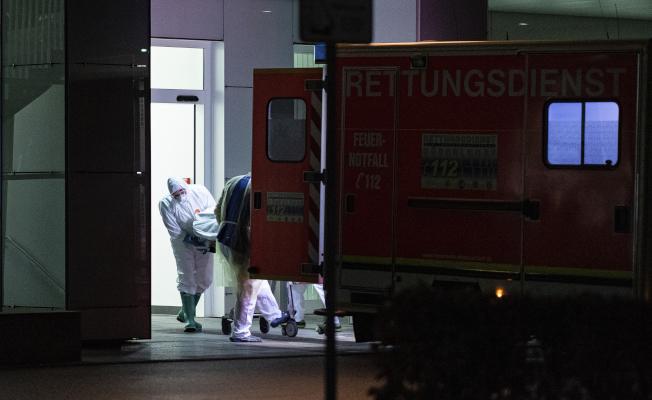 德國在26日暴出首例確診病例。圖為在德國北部的北萊茵-威斯特法倫市的醫療人員,26日從醫院抬出一位確診病人。(美聯社)