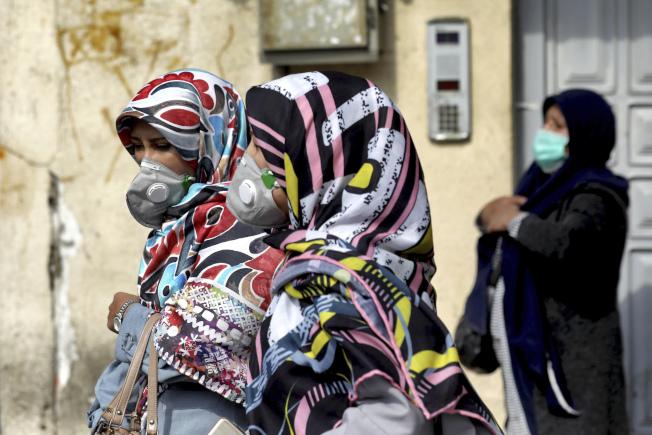 在伊朗首都德黑蘭的婦女都戴上口罩出行。伊朗是中國以外的重疫區。(美聯社)