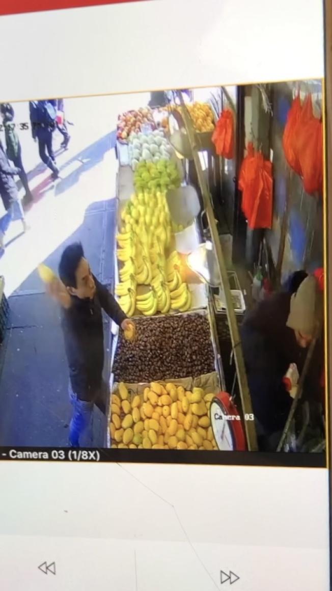 滋事的男子(左)拿起芒果丟向小販。(陳先生提供)
