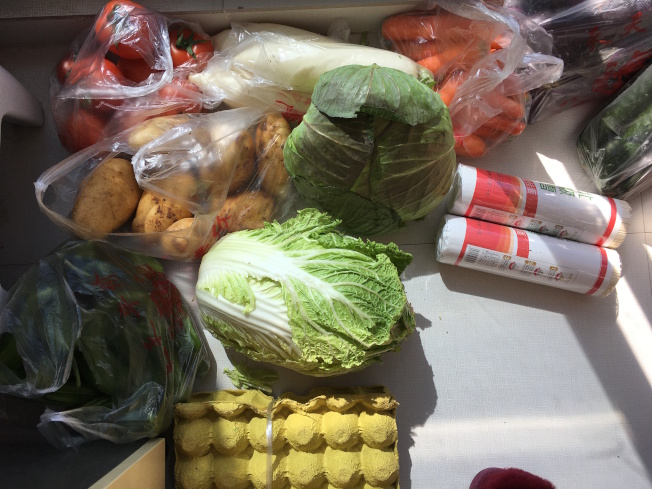 劉媽媽最近一次購買蔬菜花了329元,外加37元跑腿費。(劉先生提供)