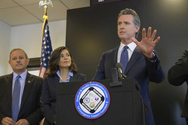 加州首次出現本土社區傳播確診案例,引起嚴重關注。加州長紐森(右)27日舉行者會批評疾病控制及預防中心檢測不力,要求擴大檢測的標準。(美聯社)