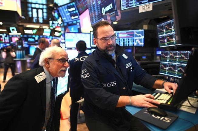 受到全球新冠病毒疫情擴大蔓延衝擊,美國股市連續三天暴跌,已進入修正區。27日上午一開市就暴跌480點。紐約證交所交易員都緊張萬分。(Getty Images)