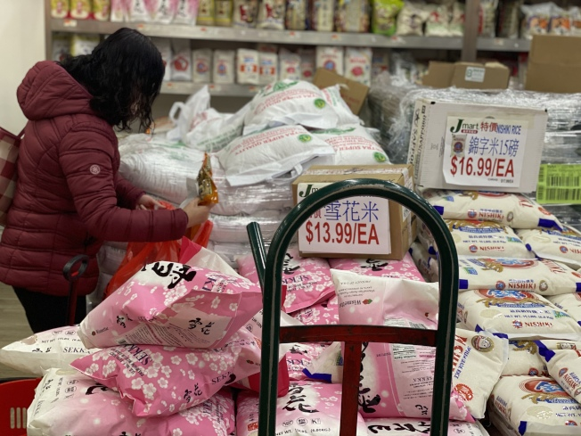 華人超市業者承諾,即使因為新冠肺炎疫情影響,民眾出現大量購買大米,也不會因此漲價。(記者牟蘭/攝影)