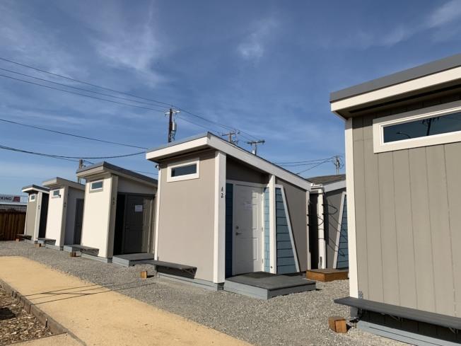 聖荷西第一個「遊民迷你屋社區」27日正式營運,共有40戶,每戶約80平方呎大,有床、書桌,可供遊民短住。(記者江碩涵/攝影)