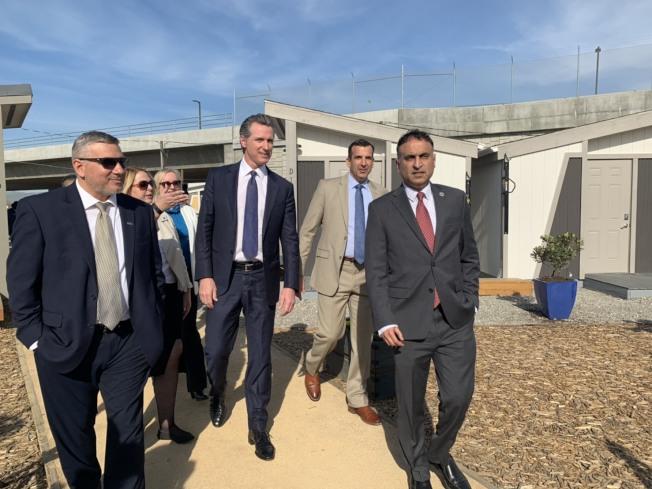 聖荷西第一個「遊民迷你屋社區」正式營運,加州州長紐森、聖荷西市長李卡多及各議員到場參觀。(記者江碩涵/攝影)