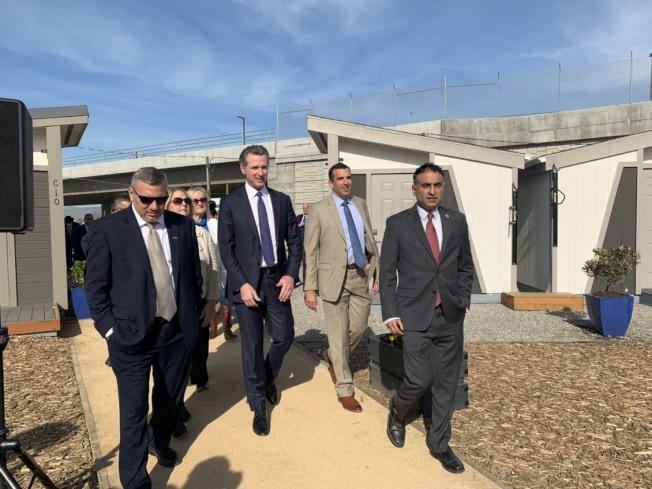聖荷西第一個「遊民迷你屋社區」27日正式營運,加州州長紐森、聖荷西市長李卡多及各議員到場參觀。(記者江碩涵/攝影)