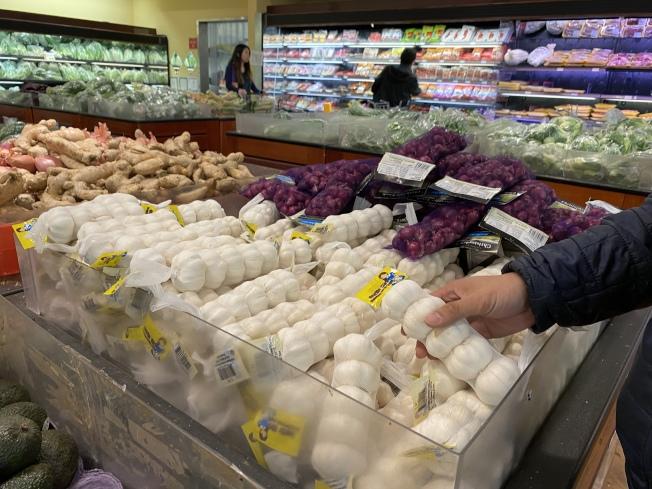 華人超市蒜頭多為五顆一袋販售,目前售價約為2.99元,剝好的蒜仁原本一盒最多4塊多,現在已漲至5元以上。(記者林亞歆/攝影)