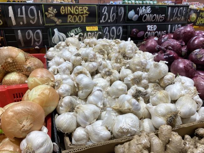 一間社區超市標註大蒜來自吉爾洛,店家表示,價格未受中國疫情波及。(記者林亞歆/攝影)