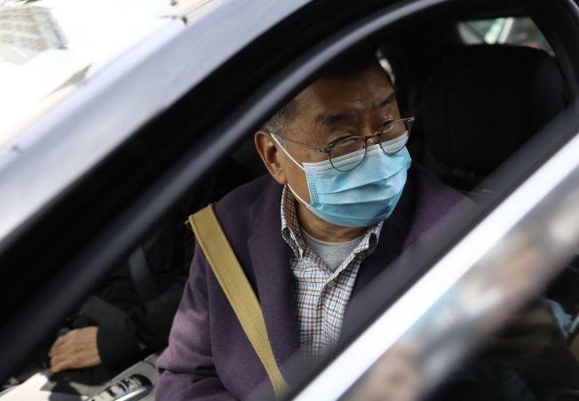 黎智英遭警方逮捕後獲釋,英美媒體普遍指出他支持「反送中」、敢於捋中國政府虎鬚的立場。圖為他稍早坐上警車畫面。(中央社)
