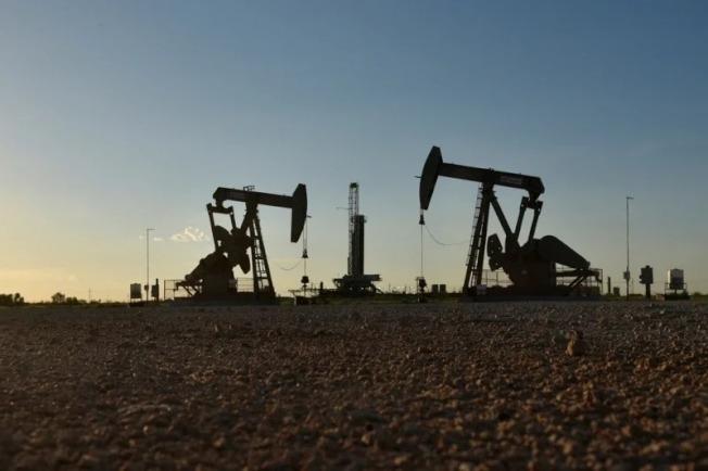 布蘭特原油期貨28日跌破每桶50美元。路透