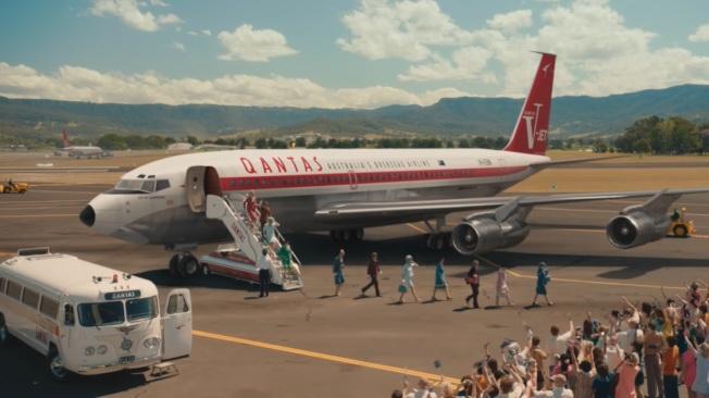 影片中,可以看見澳洲航空過去所使用的機型與空服員服飾。圖/擷取自Youtube