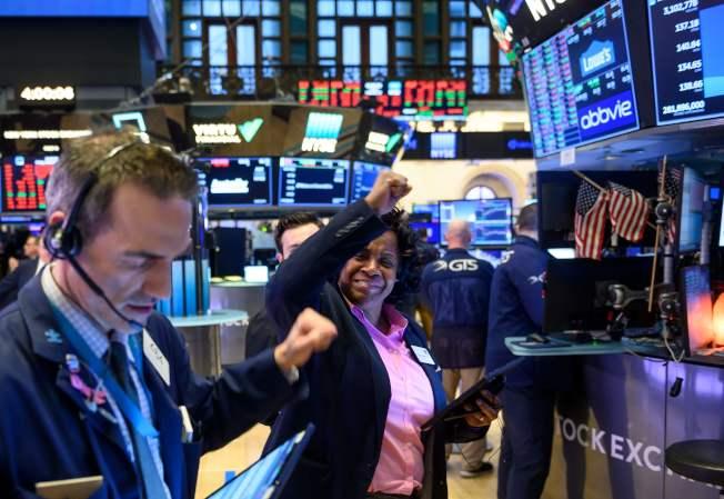 由於投資人對新冠病毒及其對經濟影響的擔憂,股市28日再度暴跌。(Getty Images)