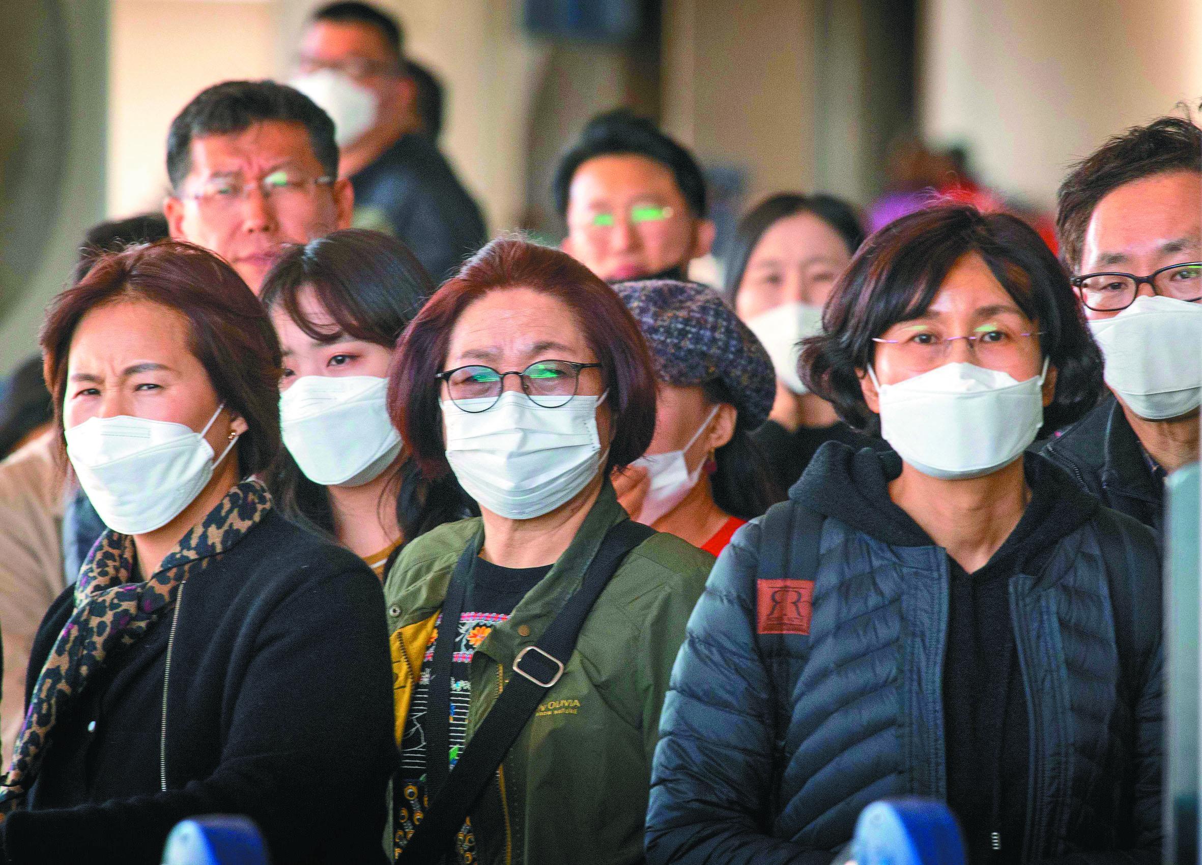 公衛專家擔心,新冠病毒在美國有爆發社區傳染的危險。圖為洛杉磯機場的入境旅客。(Getty Images)