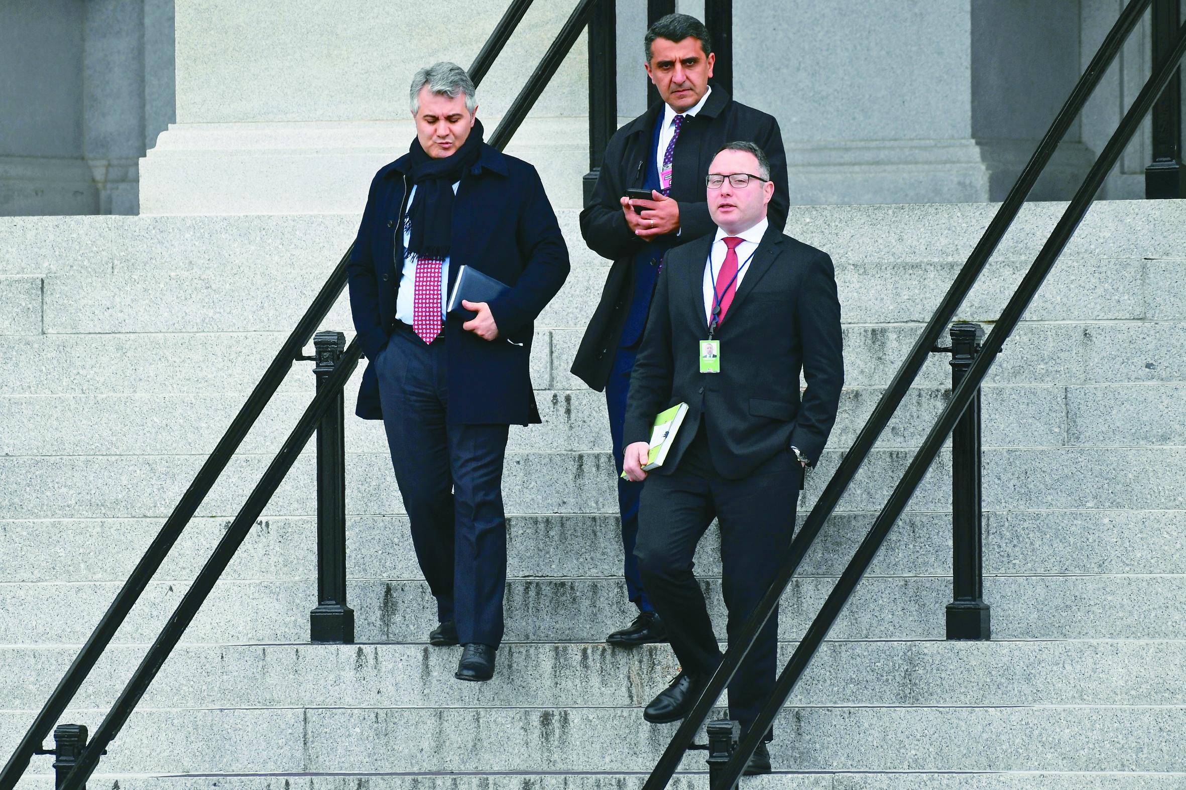 前國安會助理維德曼(右)因為前往國會作證,遭白宮開除。圖為維德曼走出艾森豪行政大樓的資料照片。(美聯社)