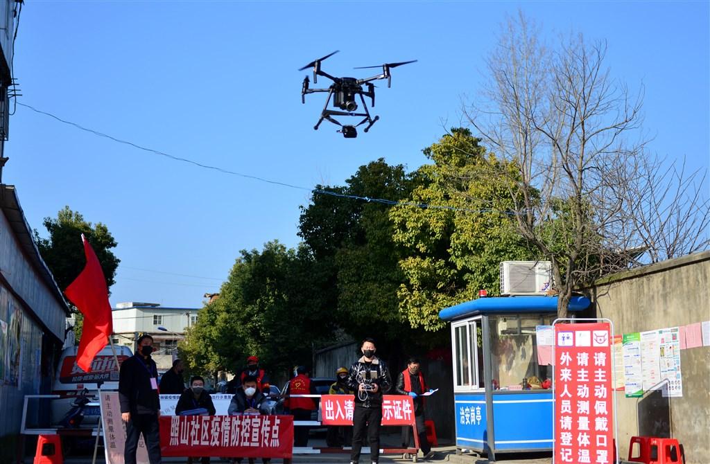 中國使用無人機進行武漢肺炎疫情管控。圖為安徽省合肥市一個社區用無人機的喇叭向居民宣傳疫情防控知識。(中新社)