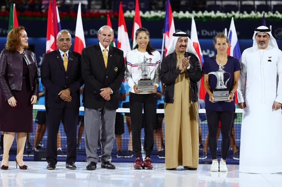 台灣網球名將謝淑薇(中)22日和捷克搭檔史翠可娃(右2)在杜拜女網賽女雙決賽完成2連霸。(圖取自facebook.com/Dreamwalker.SwHsieh)